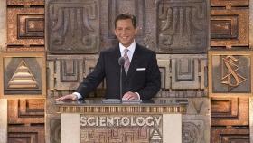 David Miscavige, den kirkelige lederen av Scientologi-religionen og styreformann i Religious Technology senter, ledet an seremonien og han fikk selskap av dignitarer, samt lokale og nasjonale ledere til åpningen av dette kulturelle landemerket.
