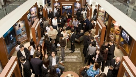I den nye ideelle organisasjonens publikumsinformasjonssenter lærer tusenvis om Scientologi-religionens tro og -praksiser, grunnleggeren L.Ron Hubbards liv, samt de mange sosiale forbedrings- og lokalsamfunnsprogrammer sponset av Scientologi.