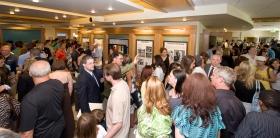 Scientologer og gjester blir vist rundt i publikumsinformasjonssenteret, som inkluderer multimediadisplayer som presenterer og illustrerer Scientologis tro, grunnleggeren L. Ron Hubbards liv, samt kirkens mange sosiale forbedrings- og samfunns-programmer.