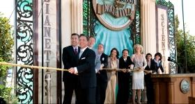 Miscavige sto for å klippe over snoren og fikk selskap av kirkens ledere og spesielle gjester til å åpne dørene for alle til Nashville Scientologikirke og Celebrity Centre.